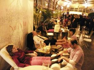 Invitados durante la boda disfrutando de nuestros masajes.